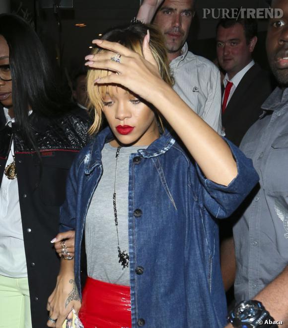 Rihanna a perdu son sang-froid lors d'un de ses concerts en Angleterre en frappant violemment un fan avec son micro.