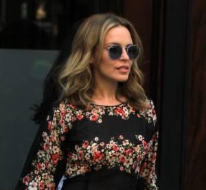 Kylie Minogue : le sweat fleuri casual chic... A shopper !
