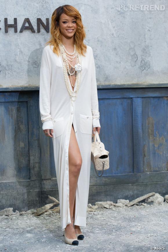 Rihanna ose le port du cardigan Chanel sur peau nue au défilé Chanel Haute Couture Automne-Hiver 2013/2014 à Paris.