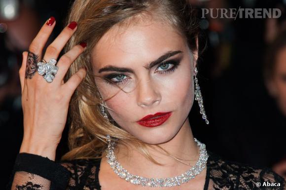 Robe du soir, parure en diamant et tatouage sauvage... Un mix qui ne fait pas peur à Cara Delevingne.