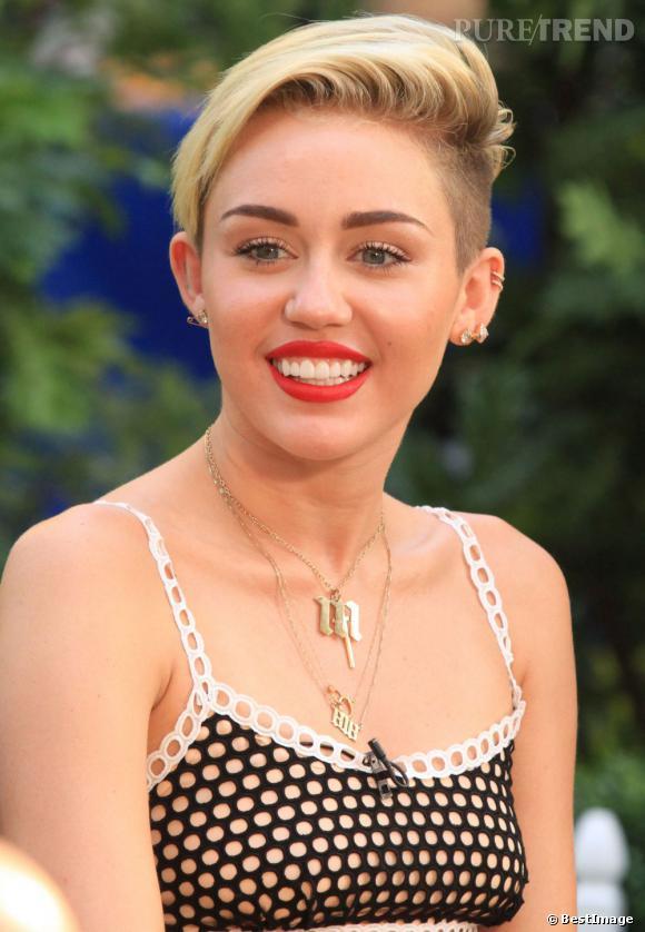 Miley Cyrus s'est offert un petit rafraichissement. Coupe et couleur ont été légèrement retouchées par Chris McMillan, désormais, la chanteuse porte les cheveux sur le côté, non plus en arrière comme avant.
