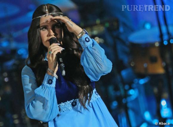 Lana Del Rey voit la vague bleue déferler sur elle...