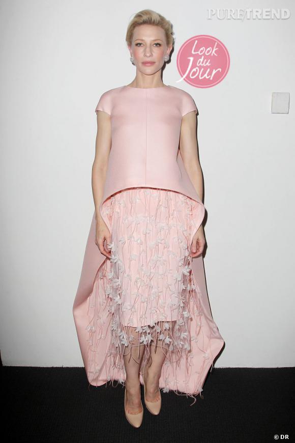 """Pour l'avant-première de """"Blue Jasmine"""", Cate Blanchett mise sur un robe rose poudrée Balenciaga."""
