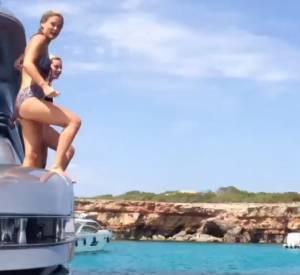 En vacances, Bar Refaeli fait le grand saut.