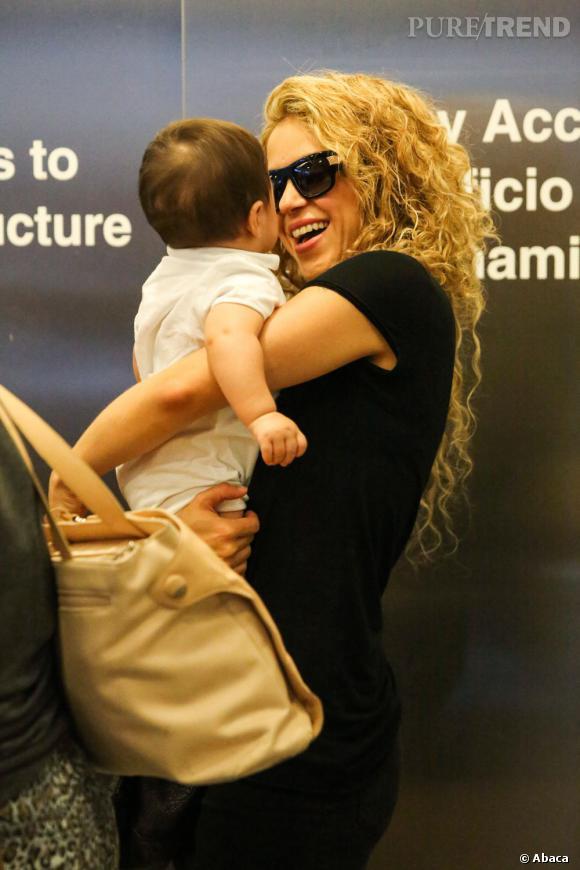 Arrivée tout en sourire pour Shakira qui arbore son habituelle crinière frisée. Bébé lui donne la banane, que demander de plus ?