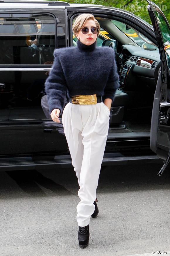 Lady Gaga, très élégante en Balmain pour le show d'Howard Stern à New York.