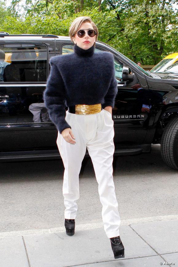 Lady Gaga et sa tenue graphique, en pleine promotion de son nouvel album à New York.
