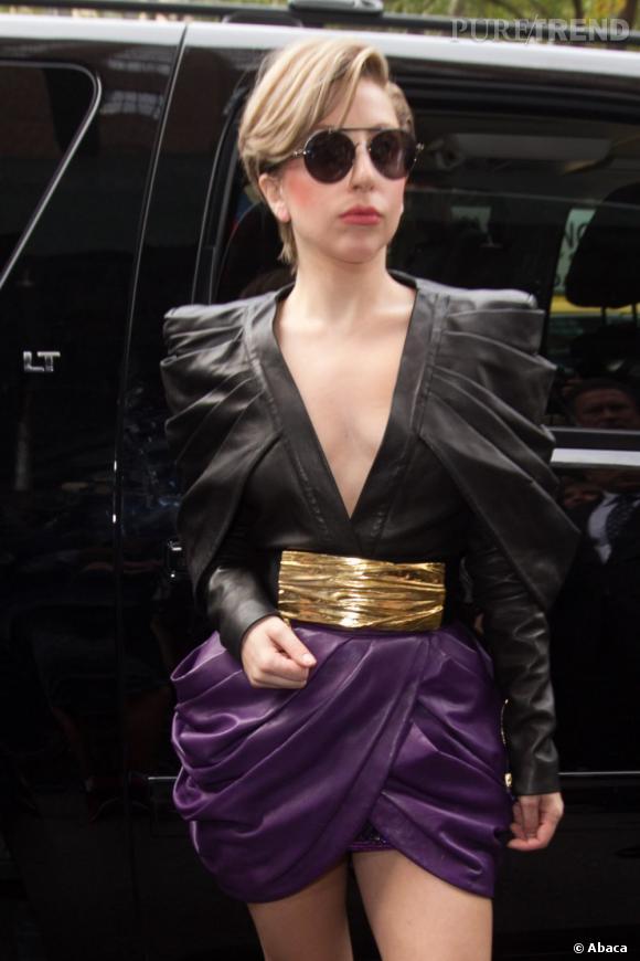 Lady Gaga mise ensuite sur une tenue plissée Balmain, cette fois pour l'émission à la Z100 Radio.