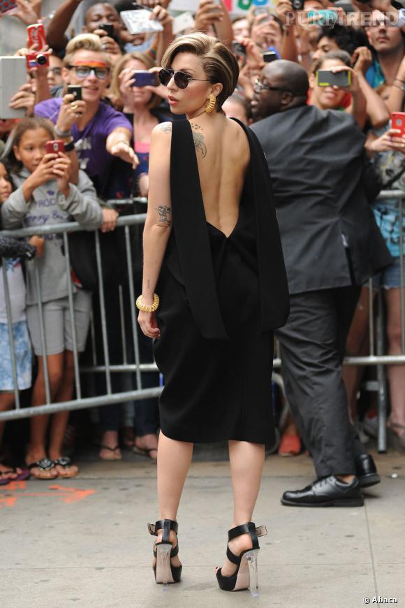 Lady Gaga dévoile ses tatouages dans une robe Balenciaga à New York.