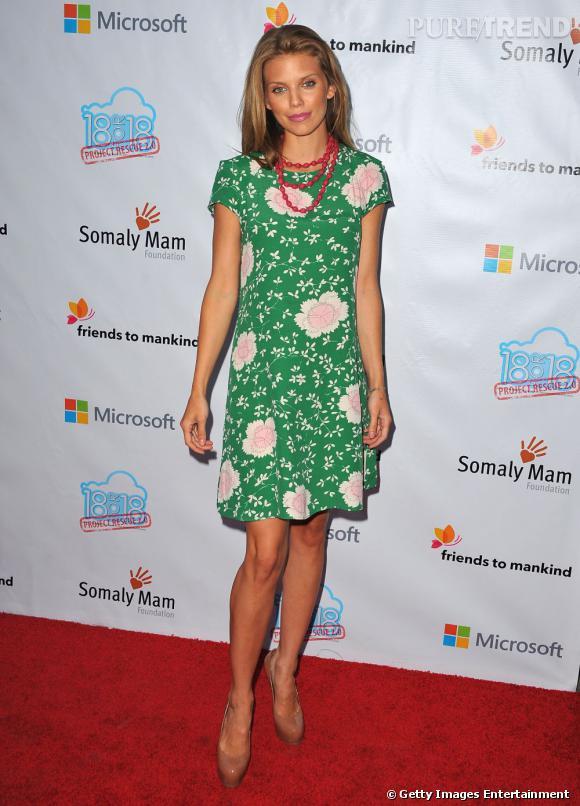 AnnaLynne McCord choisit une robe fleurie pour ce tapis rouge très printanier.