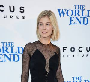 """Rosamund Piker mise sur une robe en dentelle sexy pour l'avant-première de """"The World's End""""."""