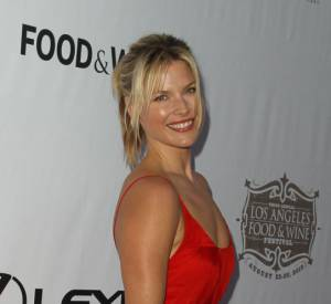 Ali Larter mise sur la simplicité (une robe rouge légère), mais nous charme !