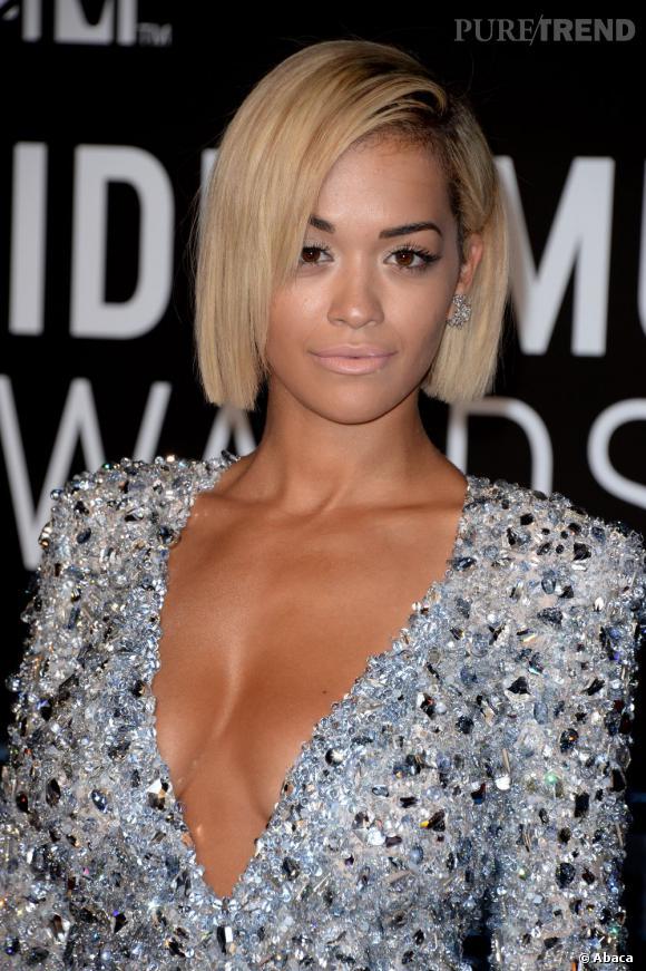 Rita Ora relève la barre avec un carré et une peau plus hâlée que jamais.