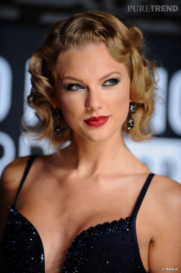 Taylor Swift s'est transformée en pin-up rétro le temps d'une soirée. On aime le smoky coloré et les boucles.