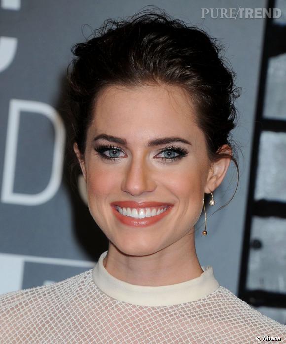 """Allison Williams (""""Girls"""") opte pour un beauty look classique : chignon, teinte nude sur les lèvres et regard irisé."""