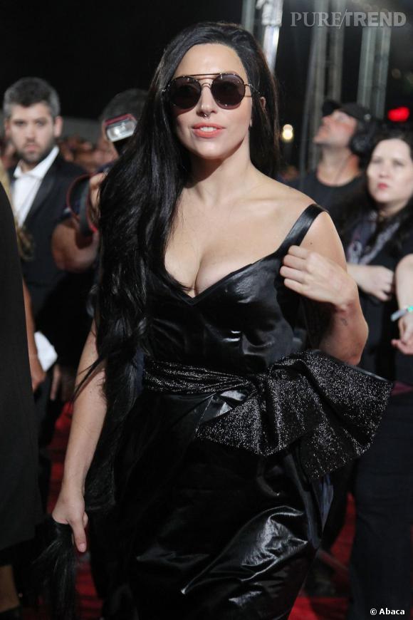 Lady Gaga, plus sobre qu'à son habitude pour les MTV Video Music Awards (excepté le décolleté, bien sûr).