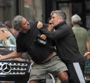 Alec Baldwin pete un cable et met un paparazzi KO