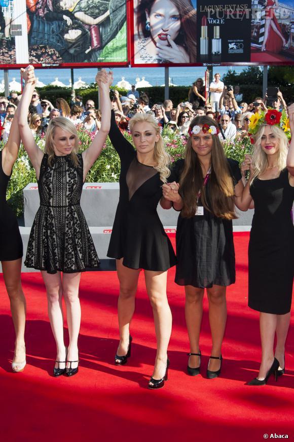 """Les Femen rivalisaient d'élégance en petite robe noire lors de la projection du film """"Sacro Gra"""" à la Mostra de Venise."""