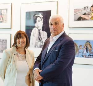 Les parents d'Amy Winehouse devant des photos exclusives de leur fille.