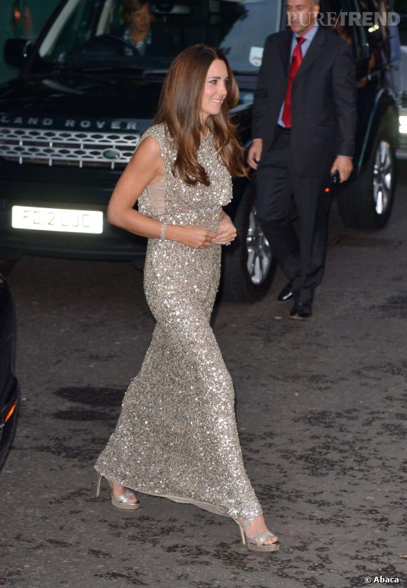 Kate Middleton porte une robe scintillante Jenny Packham.