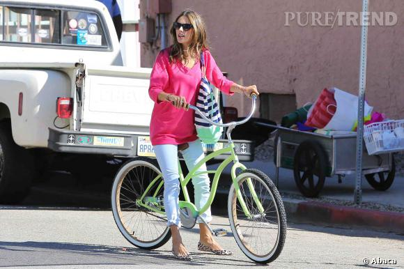 Alessandra Ambrosio démasquée ! Le secret de sa ligne canon : le vélo.