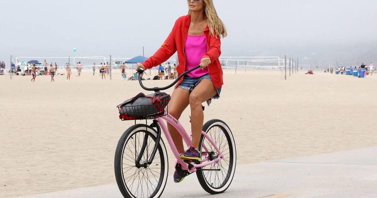 heidi klum et sa bicyclette rose sur les plages de santa monica puretrend. Black Bedroom Furniture Sets. Home Design Ideas