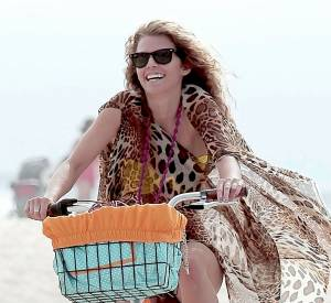 AnnaLynne McCord et sa bicyclette munie d'un petit panier, trop mignon !