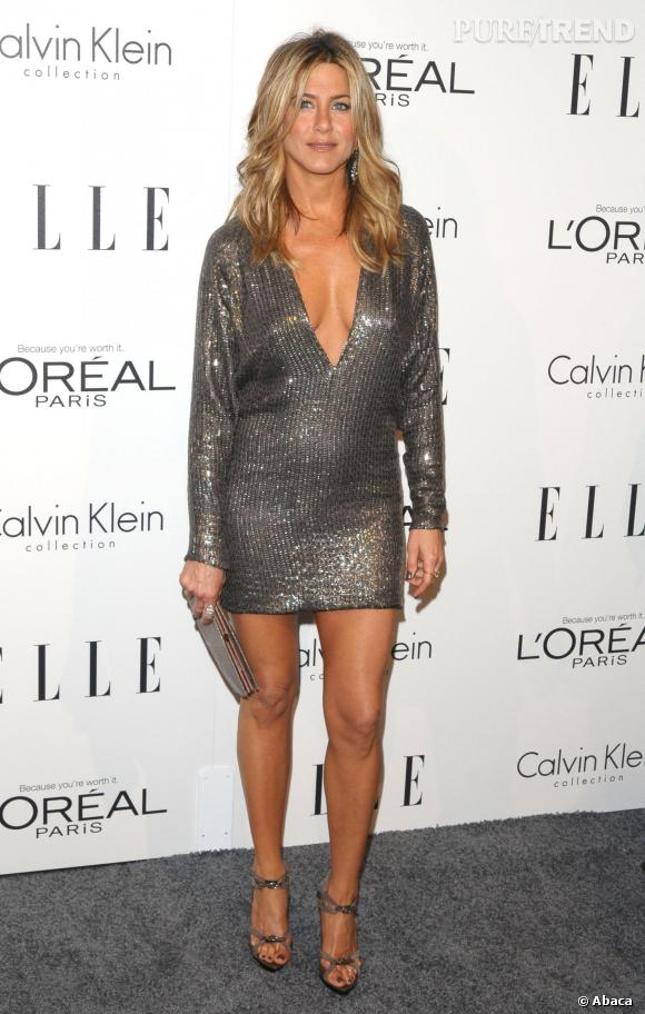 le top sexy de la paillettes du court et du d collet jennifer aniston sort le grand jeu. Black Bedroom Furniture Sets. Home Design Ideas