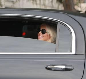 Christina Aguilera signe des autographes depuis sa limousine.
