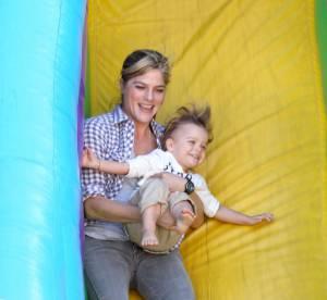 Selma Blair : tout sourire avec son fils Arthur, elle s'eclate en toboggan !