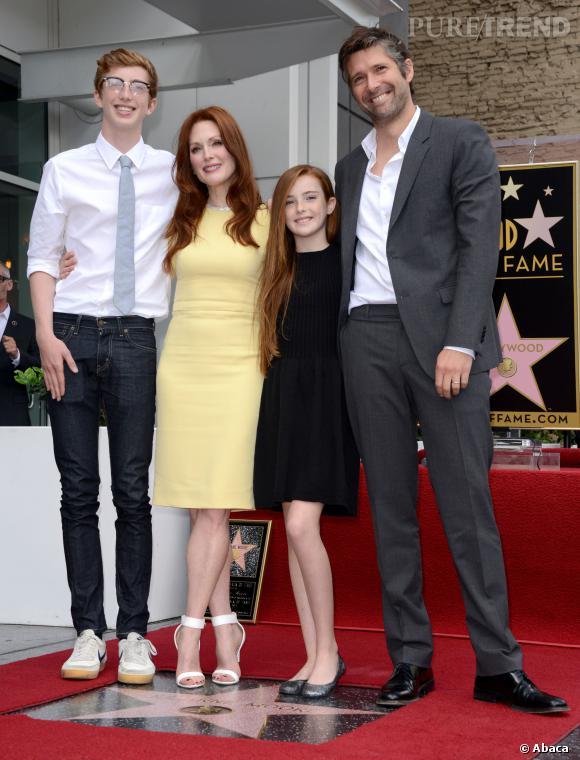 Julianne Moore aux côtés de sa famille sur le Walk Of Fame.
