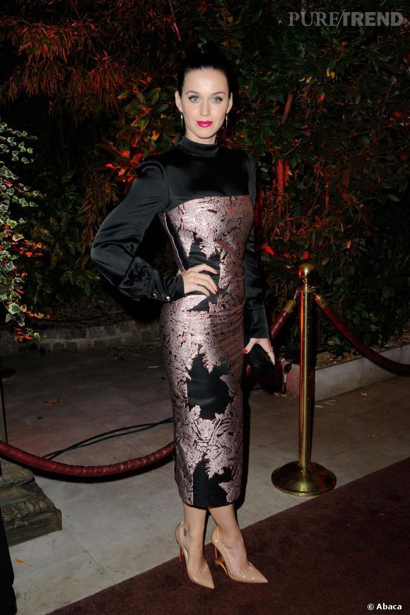 Katy Perry choisit une robe à la longueur pas vraiment flatteuse.