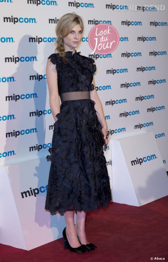 """Clémence Poésy prend la pose à Cannes, lors du photocall de la série """"Le Tunnel"""" pour le MIPCOM."""