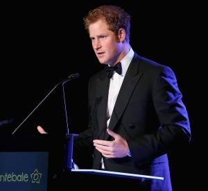 """Le Prince Harry a tenu à faire un discours d'ouverture pour le gala """"Forget Me Not"""", finissant même par quelques mots en arabe."""