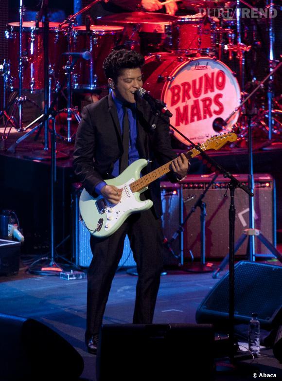 Avec sa fine cravate et son costume, Bruno Mars ressemble à un crooner 50/60.