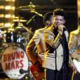 Grammy Awards obligent, le chanteur se produit avec une veste dorée sur le dos.