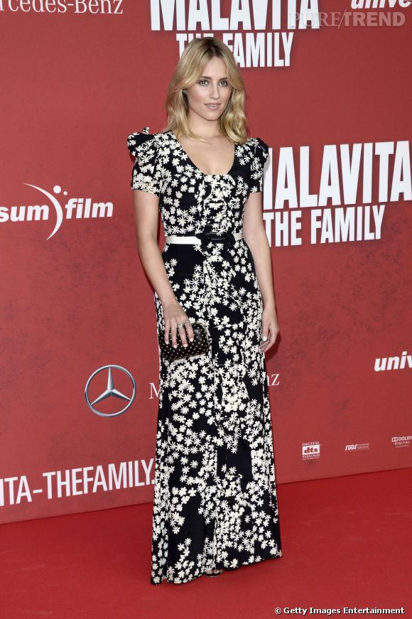 Dianna Agron complète cette robe monochrome d'une pochette noire cloûtée.