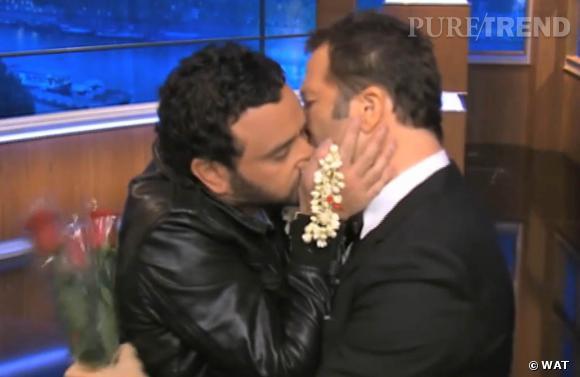 """Cyril Hanouna et Arthur lors de leur baiser passionné sur """"Ce soir avec Arthur""""."""
