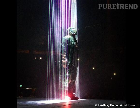 Kanye West porte une cagoule Maison Martin Margiela.