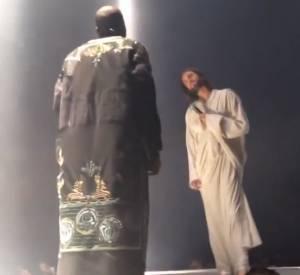 """Vidéo de la rencontre entre Kanye West et Jésus lors de """"Yeezus Tour""""."""