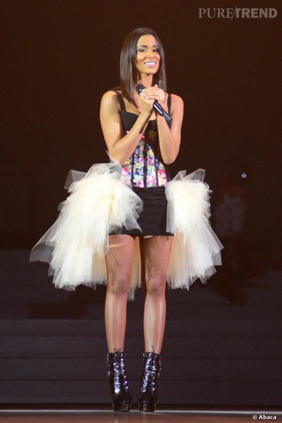 Sur scène à Bercy, Shy'm s'affiche avec une robe corsetée et un jupe en tulle blanc.