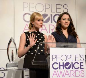 "Kat Dennings et Beth Behrs de ""2 Broke Girls"" pour les nominations des People's Choice Awards 2014."