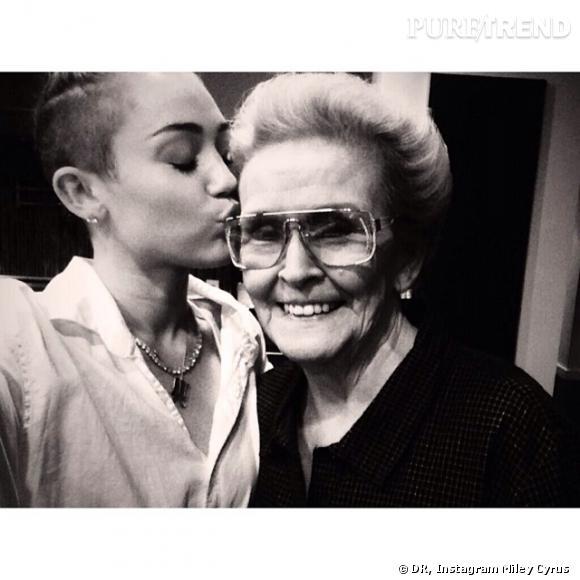 Miley Cyrus fait de gros bisous à sa mamie Loretta.