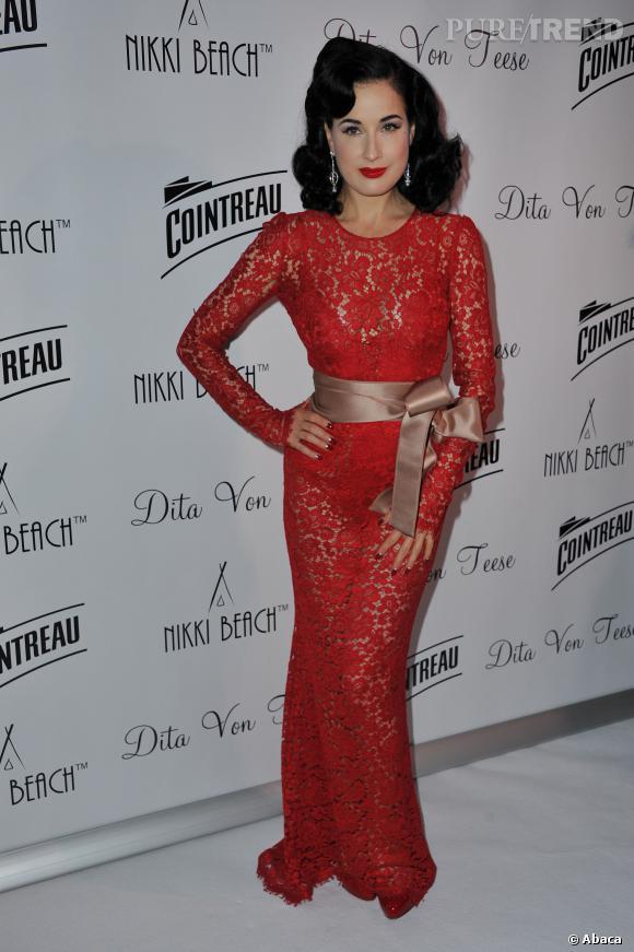 Dita Von Teese, en rouge passion comme ses lèvres évidemment lors d'une soirée Cointreau.