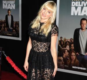 """Anna Faris tire son épingle du jeu en jouant le jeu Dolce & Gabbana à la première de """"Delivery Man""""."""