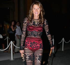 Ce n'est pas parce qu'elle n'est plus une jeunette qu'Anna Dello Russo doit se priver de montrer ses dessous. D'ailleurs elle frappe fort en optant pour du rouge sous une robe noire.