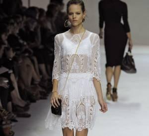 Freja Beha a eu la chance d'être l'une des premières à adopter la tendance puisqu'elle défile chaque année pour la marque. Elle s'affiche avec le duo virginal du pure white.