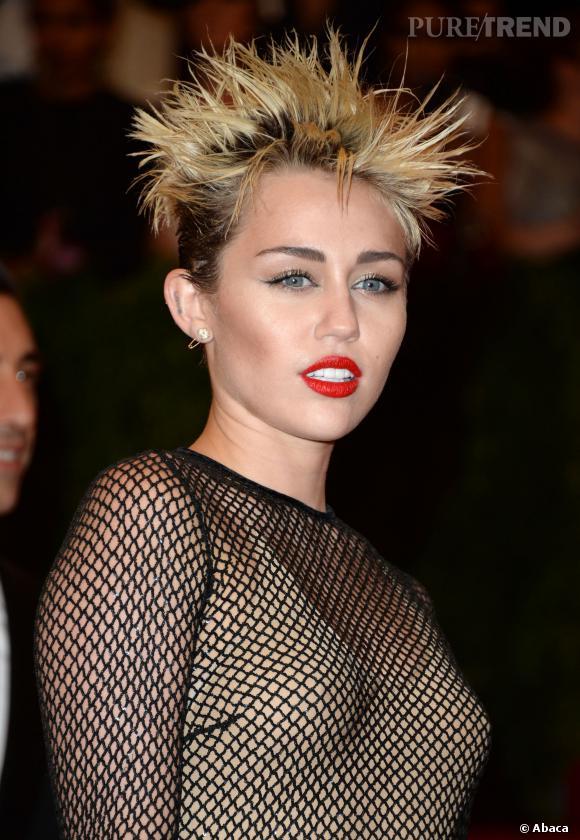 Le flop beauty look : Si on s'est un peu habitués à la coupe de Miley Cyrus, avec cette coiffure pikachu et un make up appliqué à la truelle, c'est non.