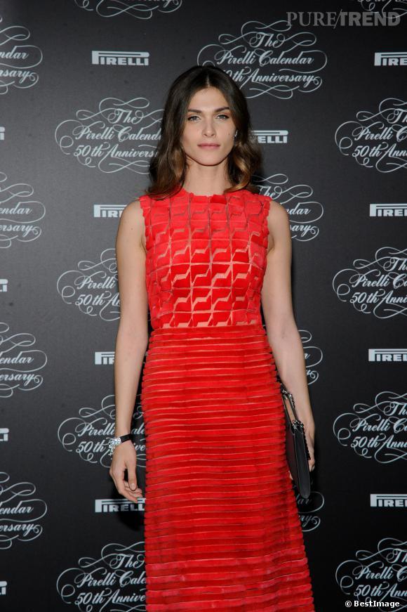 Elisa Sednaoui complète sa tenue de quelques accessoires bien choisis.