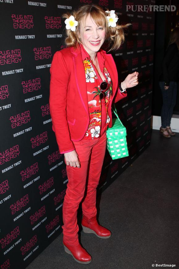 Julie Depardieu, adepte du total look rouge et des couettes.
